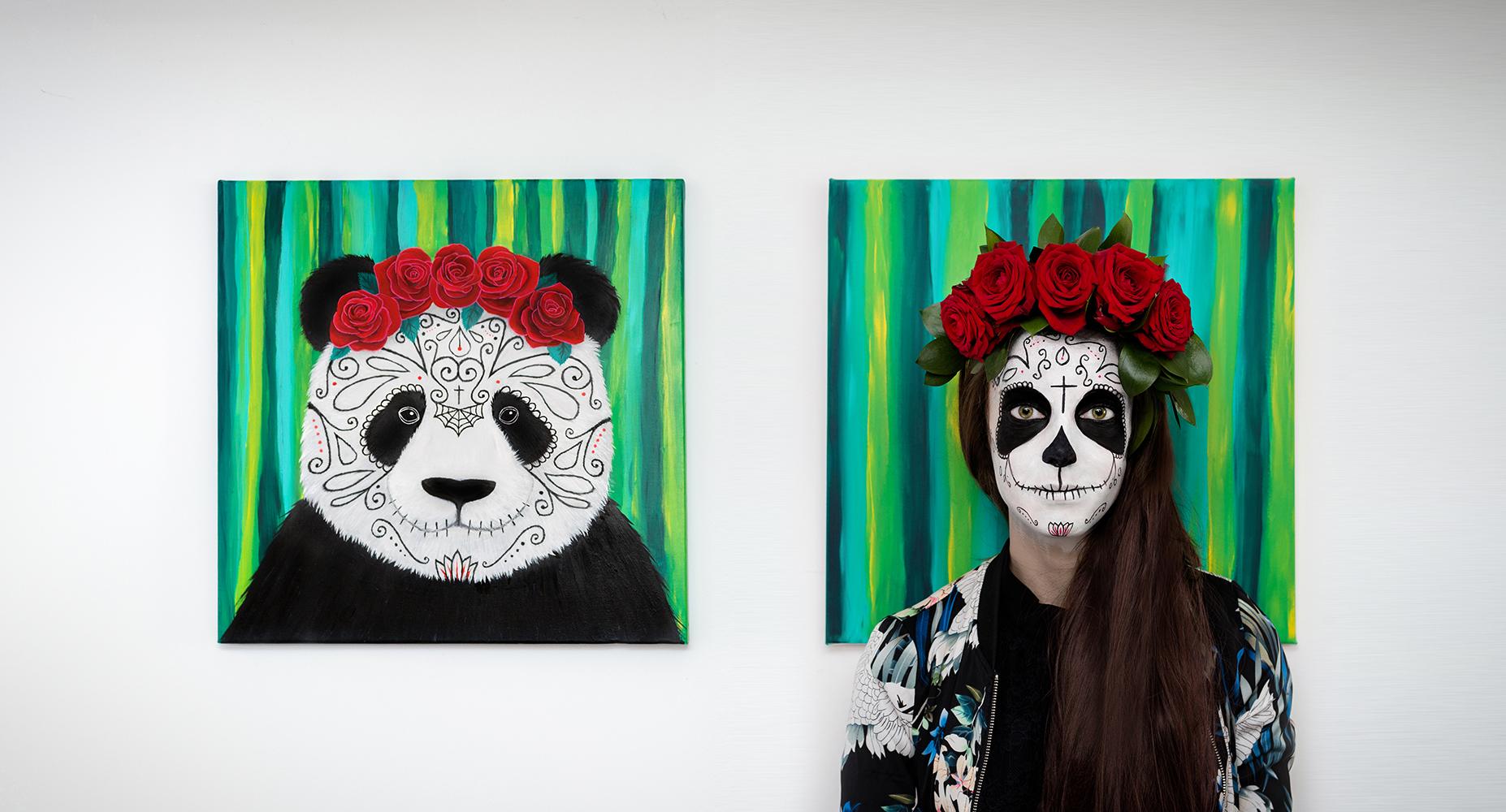 L'artiste Sabrina Beretta rentre dans la peau de son personnage, Panda Muerte une peinture mixant à sa manière un Panda et une Santa Muerte