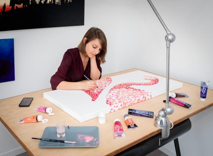 Art & Be - Sabrina Beretta - artiste peintre et sa peinture flamant rose géométrique