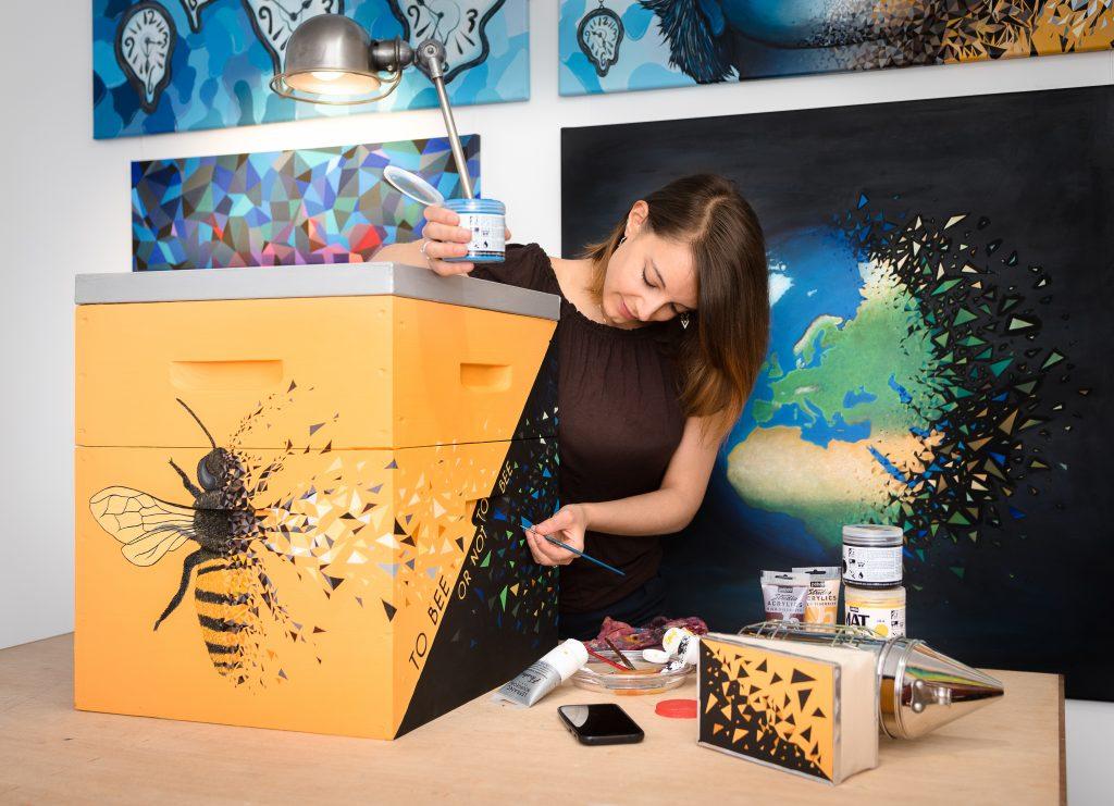 Ruche que l'artiste peintre sabrina beretta réalise pour la préservation de l'environnement