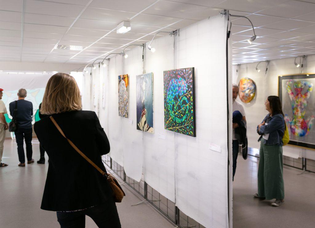 Le salon international d'Arts Plastiques Arbustes permet de jeunes artistes de 15 à 30 ans, d'exposer leurs œuvres aux côtés d'artistes professionnels
