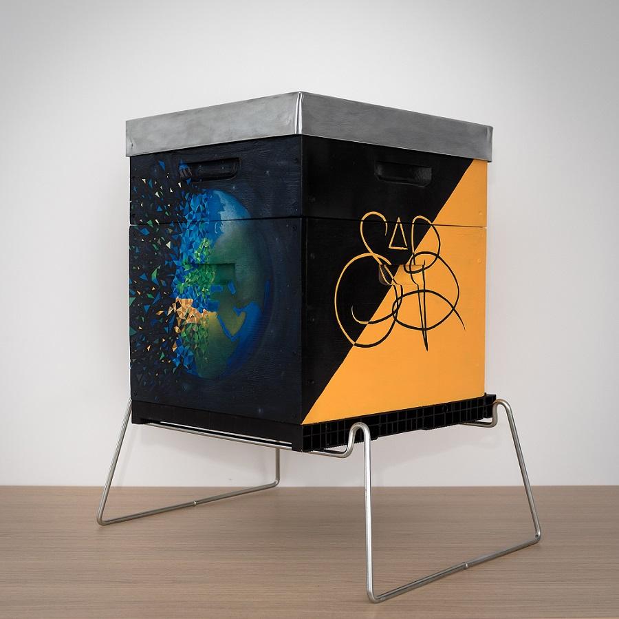 Ruche peinte par l'artiste peintre sabrina beretta pour la préservation de l'environnement
