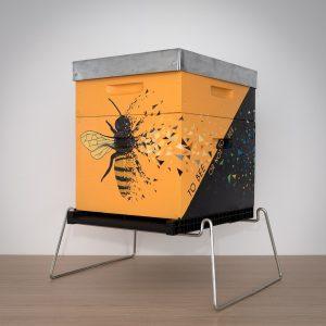 Ruche Dadant peinte par l'artiste sabrina beretta pour la préservation des abeilles