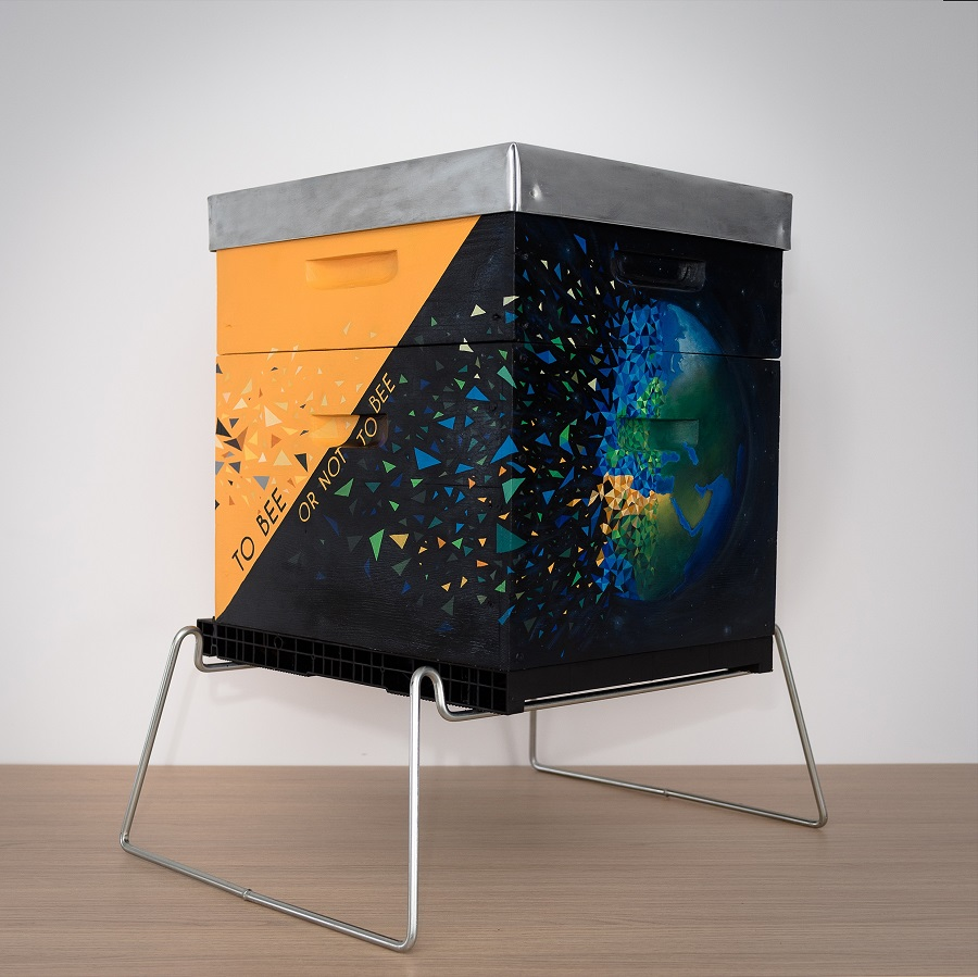 Ruche peinte par sabrina beretta pour la préservation de la planète