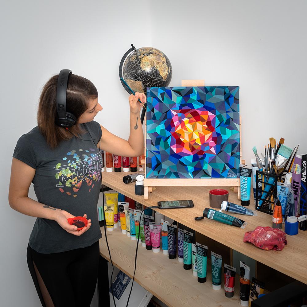 Derniers coups de pinceaux sur la toile abstraite de Sabrina Beretta