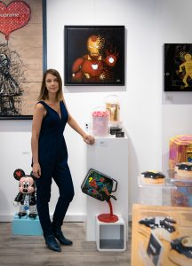 L'artiste Sabrina Beretta au côté de sa peinture pop Art Iron-Man à la Galerie 28