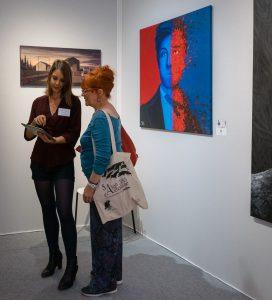 Sabrina Beretta expose sa toile Le voyant des Voyelles représentant Arthur Rimbaud au Salon d'Automne 2019 de Paris