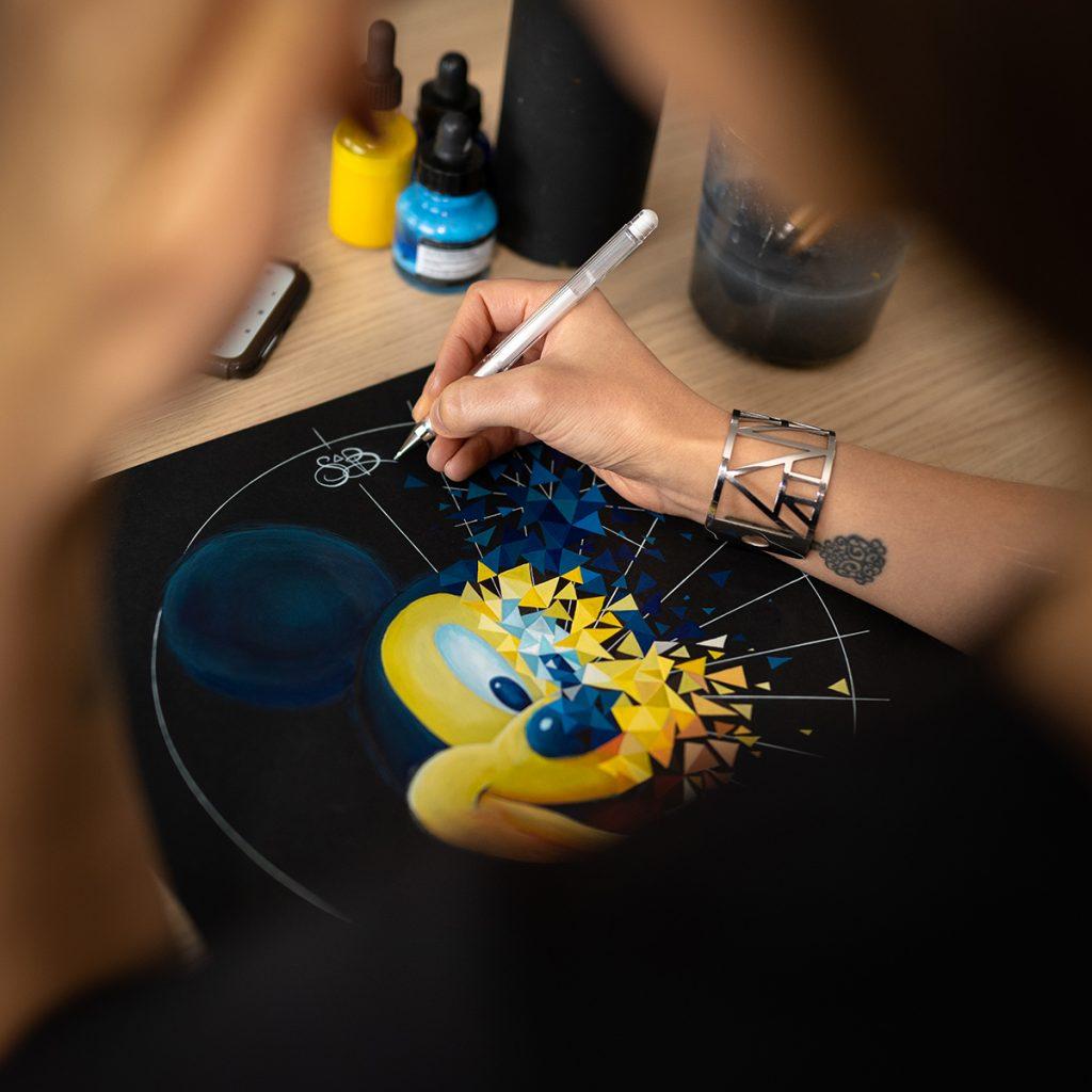 Mickey, icone pop art se désintègre en une multitude de framents en peinture par Sabrina Beretta