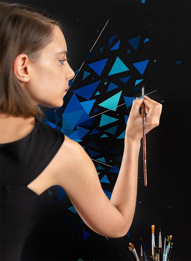 Sabrina Beretta artiste peintre au travail sur son effet papillon